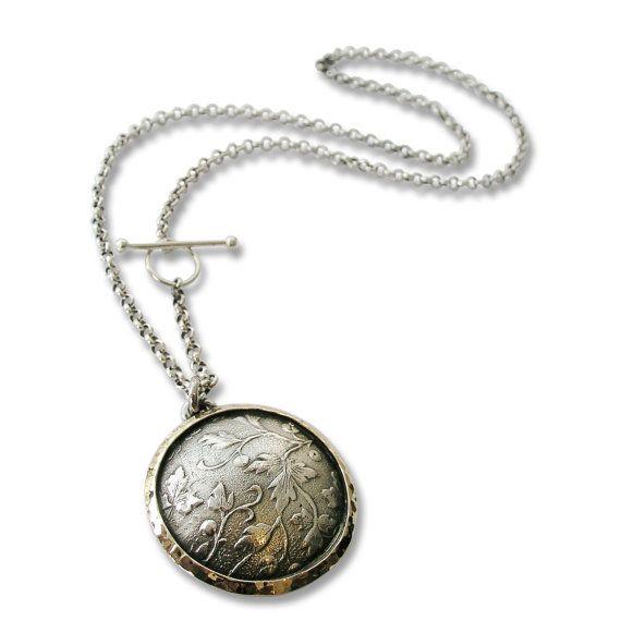 N4736 Zeer indrukwekkend Sterling zilver en goud grote ronde hanger in bloemmotief, met een vintage gevoel. De gouden ring rond de mooie zilveren bloemmotief binnen. Het heeft een rustieke en toch klassiek ontwerp, dat goed met dagelijks gebruik gaat. Gezien het feit dat de edelstenen natuurlijke zijn en onze sieraden handgemaakt speciaal voor jou is, bedenk dan dat kleurvariaties en lichte afwijkingen normaal zijn. Items zijn daarom niet identiek aan de fotos maar even mooi! Alle items…