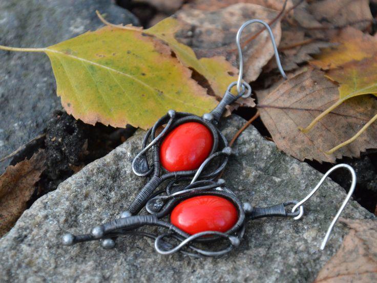 """Náušnice """"Lilien"""" Autorské náušnice vytvořené kombinací technik wire wrapping a cínování z bezolovnatého cínu. Náušnice doplňuje červený oválný kabošon o velikosti 1,8 x 1,3 cm a jsou zavěšené na ručně tepaném háčku z nerezové oceli.  Kabošon ve šperku je v reálu červený (viz. doplňkové foto), bohužel se nepodařilo zachytit jeho reálnou barvu.  Délka náušnic bez háčku 6,3 cm, šířka 2,5 cm. Patinovány, leštěny a ošetřeny antioxidantem."""