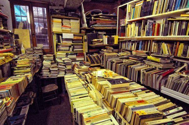 libreria ACQUA ALTA Sestiere Castello, 5176/B Venezia ph +39 41 296 0841