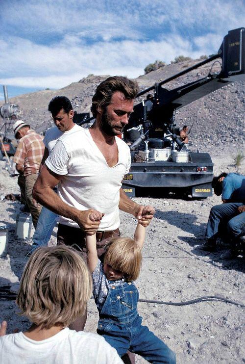 clint eastwood joue avec son fils kyle pendant les tournages