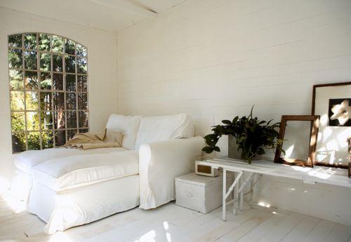 .: Dreams Bedrooms, Backyard Sheds, Cozy Corner, White Decor, Guest Rooms, Sit Rooms, Houses Tours, Design Home, Reading Spots