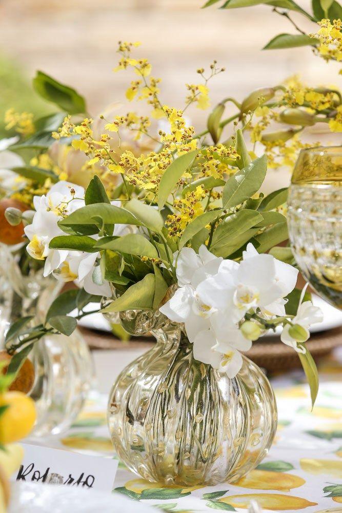 Arranjo em vasos de Murano para decorar o centro de uma mesa de almoço.