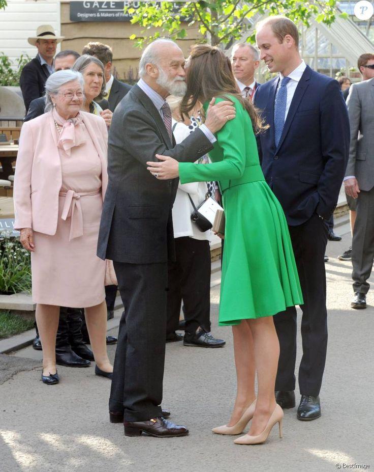 Le prince William et Kate Middleton saluent le prince Michael de Kent au Chelsea Flower Show 2016 à Londres, le 23 mai 2016.