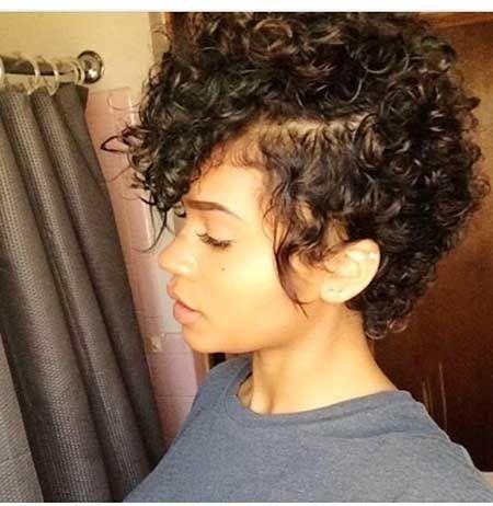 7. Curly Mohawk Frisur für schwarze Frauen