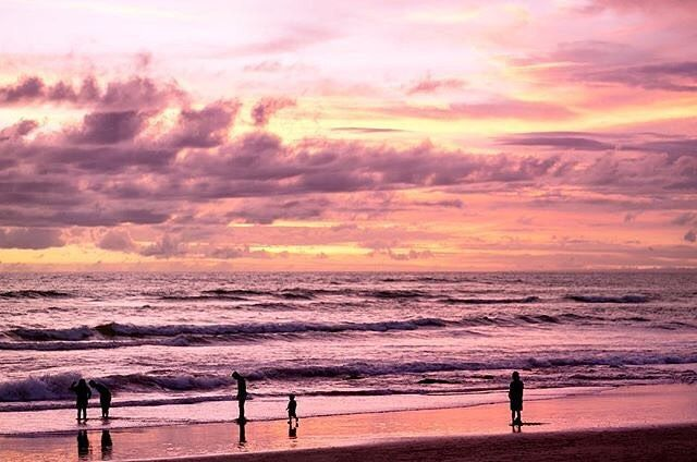 Magical sunsets at Batu Bolong Beach in Canggu. Are you ready for summer too?  by: @fionapeters