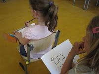 Lkr. geeft verschillende tekeningen aan de lln. De lln. gaan per 2 zitten rug aan rug. 1 ll. probeert een omschrijving te geven van de tekening. Dit probeert hij/zij zo goed mogelijk te doen. De andere ll. luister heel aandachtig en probeert de tekening zo goed mogelijk na te tekenen.