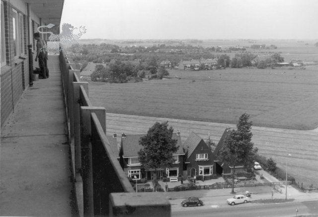 Gezicht vanaf flatgebouw Eikenstraat, richting Lekkumerweg. Op de voorgrond huizen aan de noordwestzijde van de Groningerstraatweg.