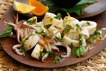 Καλαμάρι αχνιστό με μυρωδικά Ζεσταίνουμε το ελαιόλαδο σε ένα τηγάνι και σοτάρουμε το σκόρδο και τις πιπερίτσες μέχρι να ροδίσουν ελαφρώς. Σβήνουμε με το κρασί, προσθέτουμε όλα τα υπόλοιπα υλικά...