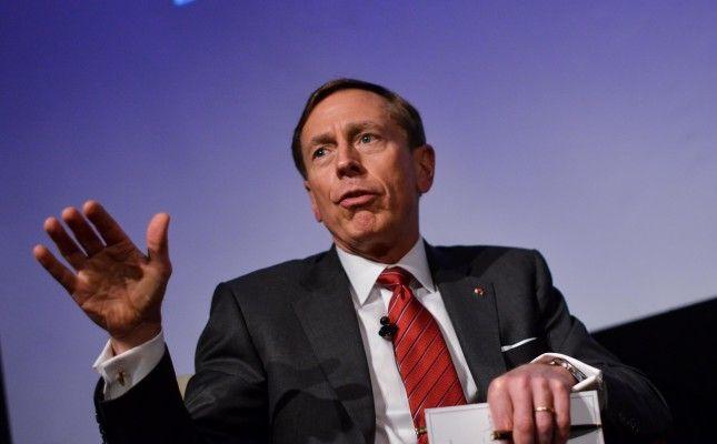 06 OCTUBRE de 2015/ SANTIAGO  David Petraeus, ex jefe de la CIA llego hasta el Hotel Ritz en la comuna de las condes donde realizo una conferencia. FOTO:PABLO ROJAS MADARIAGA/AGENCIAUNO