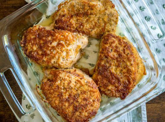 Πεντανόστιμες χοιρινές μπριζόλες, χωρίς κόκκαλο, με κρούστα παρμεζάνας στο φούρνο, για το καθημερινό και Κυριακάτικο οικογενειακό τραπέζι και όχι μόνο. Μια