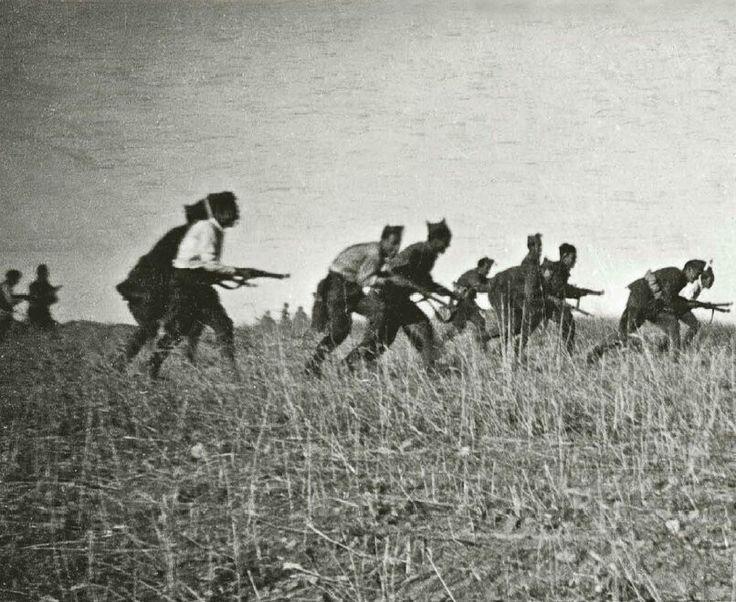 Spain - 1936. - GC - Madrid - Hoyo de Manzanares - Tropas de de la columna Mangada avanzan en descubierta.