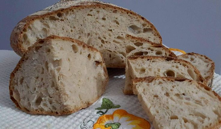 Oggi vi propongo una pane che ho realizzato seguendo la tecnica di un grande maestro della panificazione, Piergiorgio Giorilli. Trattasi di un pane che prevede la preparazione di un preimpasto, il poolish. Il prodotto realizzato con impasto indiretto ha caratteristiche organolettiche migliori, l'alveolatura è più sviluppata e il gusto e il profumo assolutamente imbattibili!