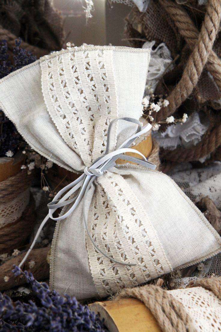 Μπομπονιέρα Atelier Zolotas πουγκί, διακοσμημένη με κορδέλα από τρέσα δαντέλας και κορδόνι οικολογικό.