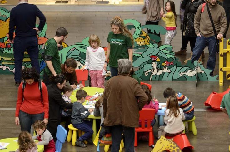 Η Ομάδα Άμεσου Διαλόγου και οι εθελοντές της Greenpeace εν δράσει: ενημέρωση δεκάδων ανθρώπων για το πώς μπορούν να ζεσταθούν έξυπνα στο σπίτι τους. Δημιουργικό παιχνίδι με τουλάχιστον 50 παιδιά, τα οποία έφτιαξαν αρκουδάκια και πιγκουίνους, παίξανε παιχνίδια και μάθανε γι' αυτά τα ζώα και το παγωμένο σπίτι τους, την Αρκτική! Οι δύο σημαίες που έφτιαξαν έχουν μπει ήδη στο διαγωνισμό που θα αναδείξει συμβολικά την επίσημη σημαία της... Αρκτικής!
