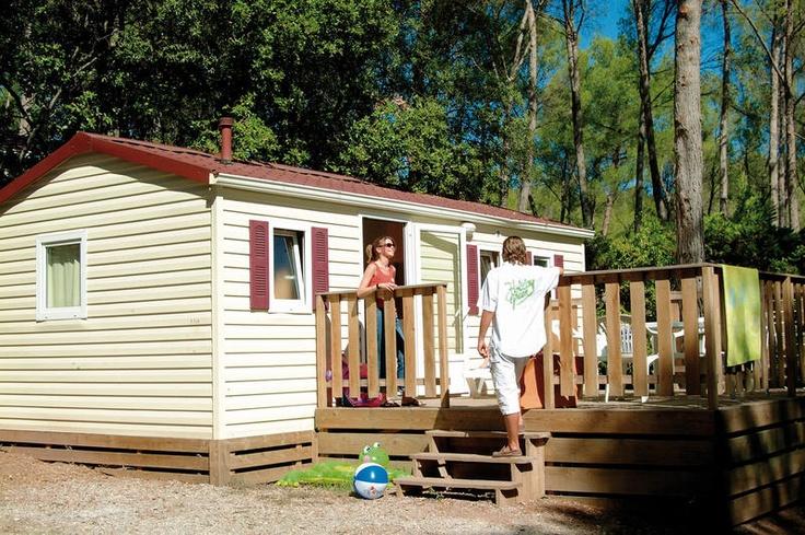 Camping Holiday Green is een bijzonder complete, bruisende vijfsterrencamping. Het prachtige zwemparadijs, dat in het hart van de camping gelegen is, vormt dé ontmoetingsplaats voor jong en oud.  Deze camping biedt diverse excursies aan waar je aan kunt deelnemen o.a. een dag naar Monaco, Ventimiglia en de Gorges du Verdon.  De camping is rustig en landelijk gelegen in een bosrijke omgeving. Het centrum van Fréjus en het strand liggen op ca. 7 km.  Officiële categorie *****