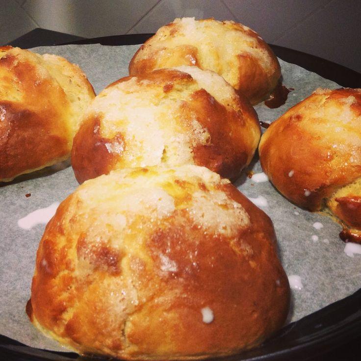 En este vídeo os enseñamos a hacer bollos de leche también conocidos como panes de leche o bollos suizos. Para esta y otras recetas detalladas no dudes en vi...