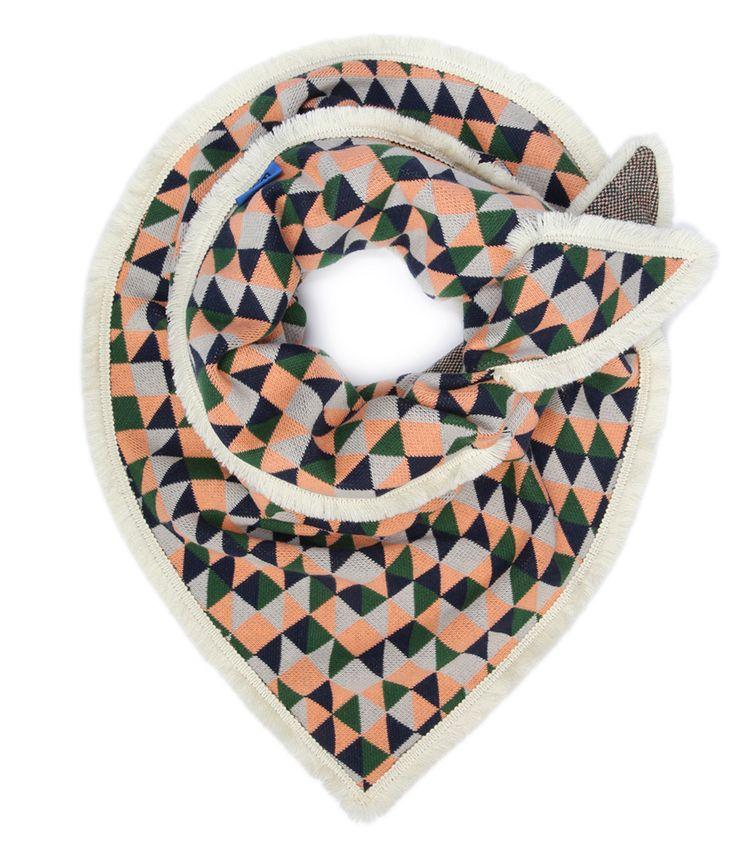 De Shawl Knitted Dazzling van POM Amsterdam is een trendy sjaal met abstract patroon van driehoekjes. Ideaal voor dit seizoen! (€79,95)
