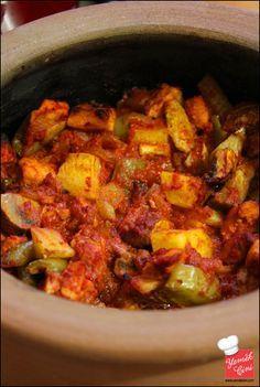✿ ❤ ♨ Tavuklu Pratik Güveç (Malzemeler (orta boy güveçte, yaklaşık 4 kişilik) - 1 adet patates, - 1 adet soğan, - 1 adet tavuk göğsü - 6 – 8 diş sarımsak, - 8 – 10 adet mantar, - 2 adet domates (veya 1 su bardağı kadar domates sosu) - 1 yemek kaşığı domates, salçası, - 1 tatlı kaşığı biber salçası, - Tuz, karabiber, pulbiber, kekik, - 1/2 çay bardağı kadar sıvı yağ)