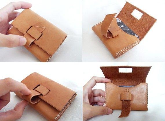 Portatarjetas de cuero hechos a mano, puede contener 8 + tarjetas de crédito Único diseño plegable de la cerradura guarda su tarjeta de seguro. Diseño con estilo minimalista. Cuero de curtido vegetal se consigue estar bronceada y personalizada artículo después de tiempo de uso   -----------------------------------------------------------------------------------------------  MEDIDA APROXIMADA:  ANCHO: 100mm PROFUNDIDAD: 16mm ALTURA: 65mm…