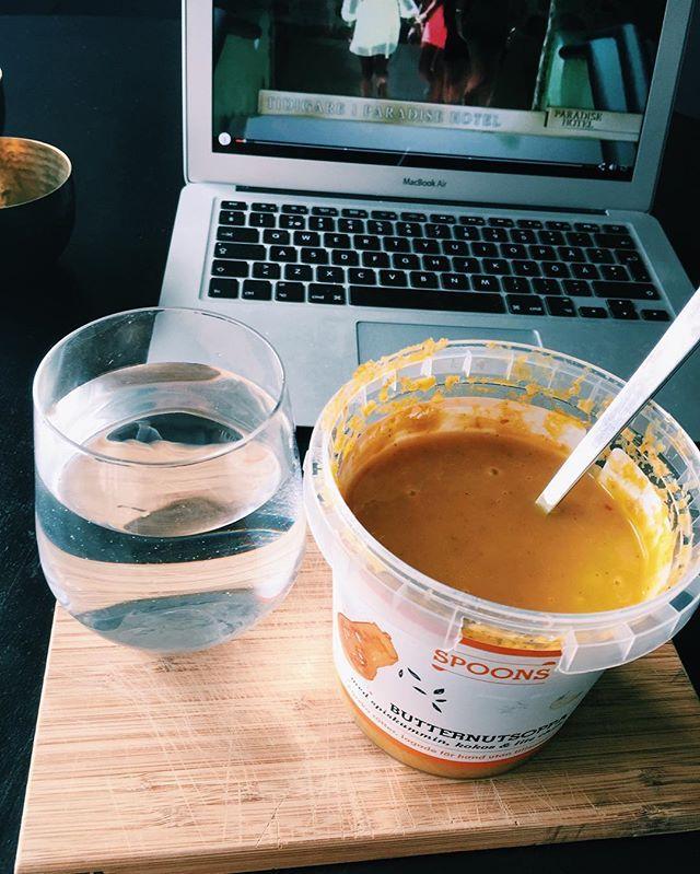 Butternutsoppa och Paradise hotel😆😆😅🙊 Butternut pumpa soppa Spoons