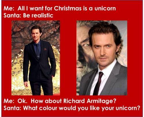Me: tutto quello voglio per Natale è un unicorno.?                                                  Babbo Natale:  dovresti essere realistica.     Me: ok che ne dici Richard Armitage                     Babbo Natale: che colore vorresti il tuo unicorno?Bahahaaa!!!!  non ci si può fidare più neanche di babbo natale