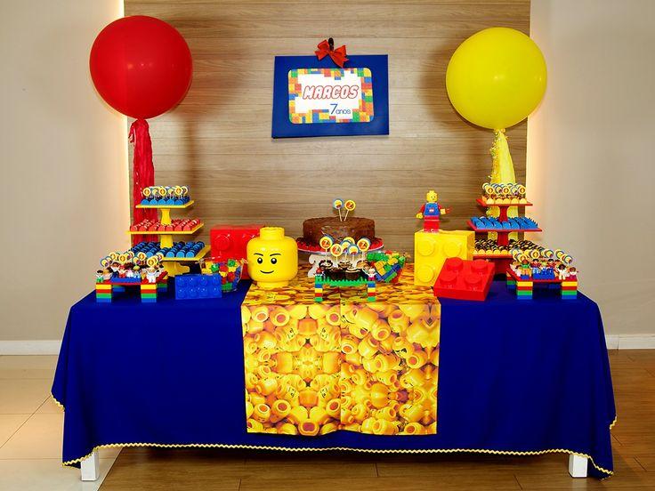 Existe alguém no mundo que não ame estas pecinhas coloridas? Nessa decoração de festa com tema Lego, ora suas pecinhas formam porta-doces, ora elas se agigantam nos enfeites. Alugue e monte você mesma uma festa linda de forma fácil e com preço legal! #festainfantil #festalego #decoracaodefesta