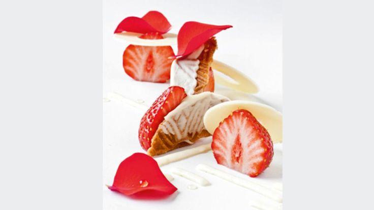Zeeuwse wafeltjes met aardbeien, rozen en witte chocolade | VTM Koken