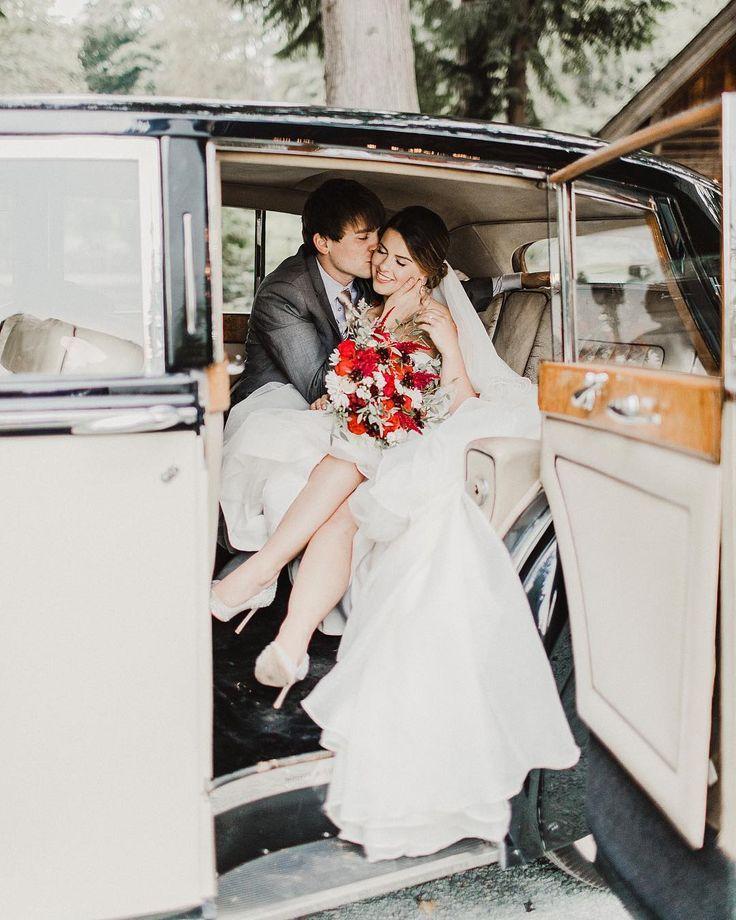 Braut Und Brautigam Die In Einem Vintagen Rolls Royce Uber Julie Bulanov Fotografie Kussen Hochzeit Ideen Vintage Wedding Photography Fun Wedding Photography Vintage Wedding Groom