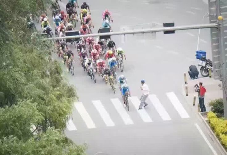 Terribile incidente prima dell'arrivo della 1a tappa del Tour of Qinghai Lake in Cina. Attraversa la strada mentre passa il gruppo e maxi-caduta, arrestato
