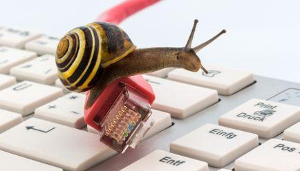 Internet langsam-    Internetanbieter liefern oft nur einen Bruchteil der versprochenen Maximalgeschwindigkeit.     Der Verbraucherzentrale Bundesverband fordert unkomplizierte Lösungen: Das Gesetz muss an dieser Stelle dringend nachgebessert werden.     Verbraucher können schon jetzt unter Umständen fristlos kündigen, wenn sie einen zu langsamen Anschluss bekommen haben.