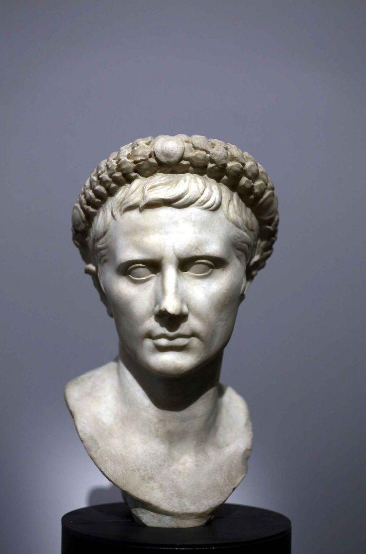 Pour autant, Auguste n'était pas un tyran égocentrique. «Il voulait asseoir un régime politique avec sa personne, explique Daniel Roger, com...