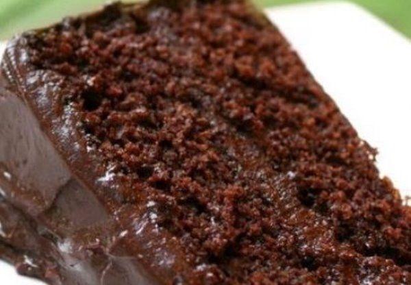 Bolo molhadinho e gelado de chocolate é uma receita dos deuses! Que tem tudo para fazer sucesso com a sua família e com os amigos. Esse doce pode ser servi