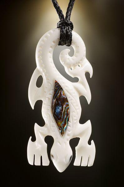 Regenbogen Eidechse Schmuck Anhänger aus Knochen und Paua mit Symbol Bedeutung aus Neuseeland- Kleine Ausführung       . • Gearbeitet aus Rinderknochen   • Inlay aus Paua / Abalone Meeresschnecke   • Verziert...