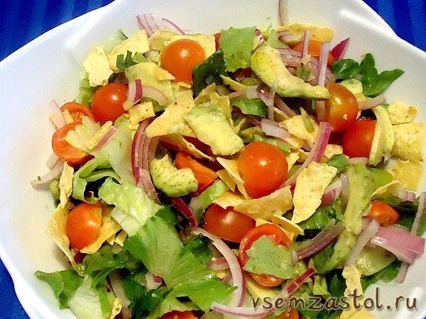 Зеленый салат с авокадо за 10 минут