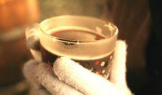 Glühwein; niks lekkerders om te drinken op een koude winterdag. Met dit recept maak je zelf je kruidige Glühwein voor bijvoorbeeld kerst.
