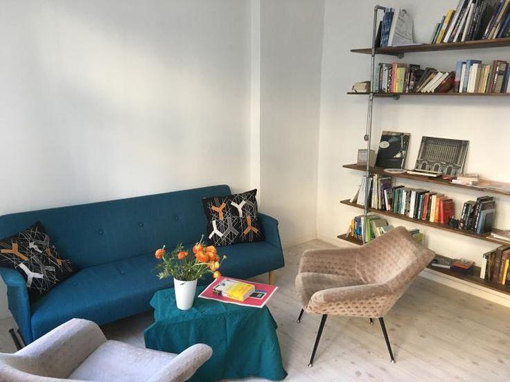 Gemtliches Wohnzimmer Mit Bcherregal Und Blauem Sofa Flowers