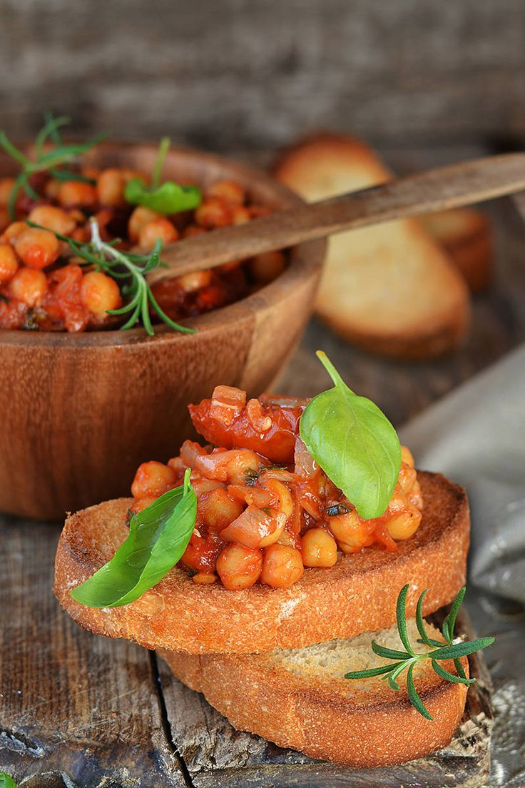 Curried Chickpeas by elle: Chickpeas are rich in B vitamins and magnesium, which are both nutrients required for the production of energy molecules. Adding curry to the chickpeas not only gives a warming spicy flavor to the snack, but also an extra boost of antioxidants to protect the cells from free-radical damage. Damaged cells equal fatigue and malaise. #Snack #Chickpeas #Curry #Healthy