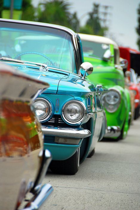 Man thats some awesome old cars, love the Blue but the Green is pretty Hawt
