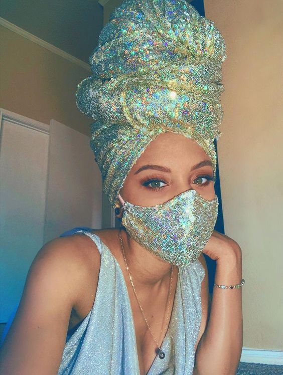 Glam squad Crea un efecto tornasol forrando tu cubrebocas con tela brillante, pero complementa tu cubrebocas para Halloween creando un efecto toalla en tu cabello. Hair Wrap Scarf, Hair Scarf Styles, Mouth Mask Fashion, Fashion Face Mask, Nose Mask, Diy Face Mask, Face Masks, My Hairstyle, Scarf Hairstyles