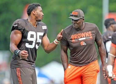 Myles Garrett promoted to 1st team and blows past Joe Thomas with mentor Bruce Smith looking on - cleveland.com
