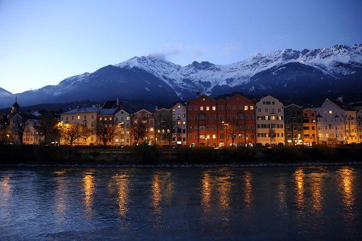 Rzeka Inn, kolorowe budynki i szczyty Nordkette tuż przed zapadnięciem zmroku. O Innsbrucku na blogu: http://bit.ly/1H8b7LZ #Innsbruck #Austria #Tirol #Tyrol #podróże #travel #wanderlust #mountains #Alps #Alpy