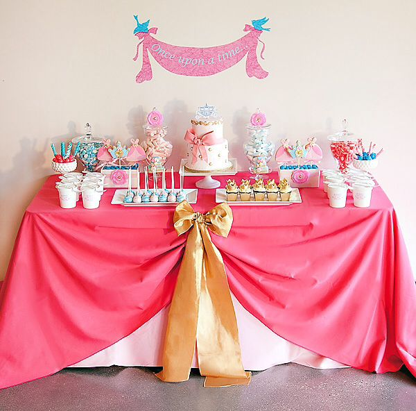 Table set up for a candy bar for a cinderella themed party - Table princesse disney ...