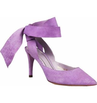 При создании этой модели дизайнеры черпали вдохновение в теме балета –легкие пуанты, изящные завязки,воздушные банты, и, сюрприз, невысокая шпилька. Модель из натурального велюра чудесного нежно-лилового цвета.