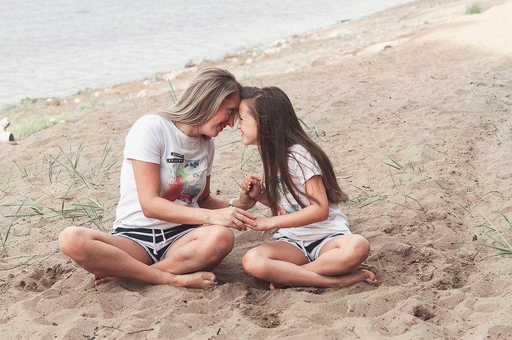 Мама и дочь в одинаковой одежде. Семейная фотосессия на заливе. Annarost.ru
