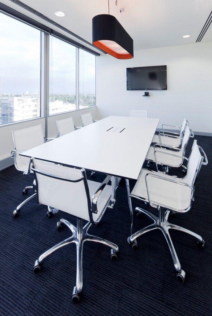 La luz de una sala de juntas si puede entrar de forma directa por la ventana, pues no hay pantallas de ordenadores. #Esmadeco.