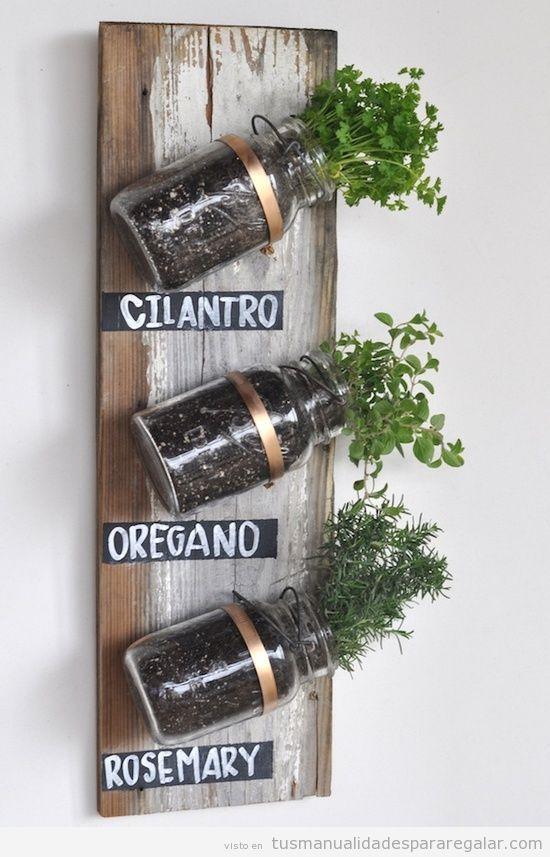 Manualidad para regalar original, jardín evertical con botes de crsital