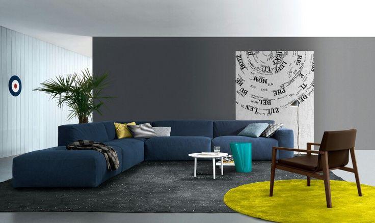 Диваном синего цвета можно очень неплохо разбавить интерьер с серыми стенами.  #мебель #диван http://mast2cust.ru
