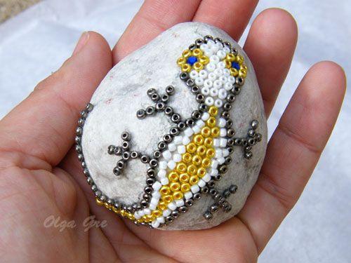 Поделки своими руками. Ящерица из бисера на камне.