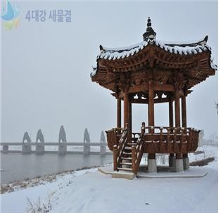 The octagonal pavilion is covered by snowiness at Seungchon reservoir of Yeongsan river [ 영산강 승촌보의 눈 내린 팔각정 ]