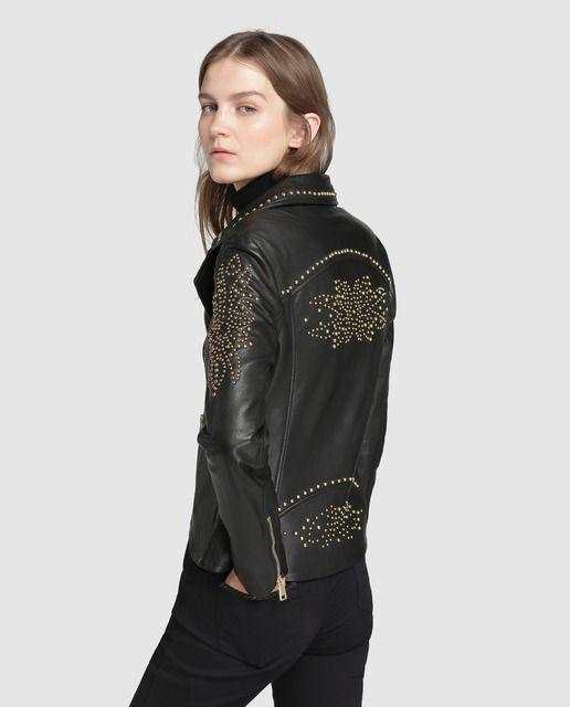 Cazadora perfecto, de napa en color negro, con bolsillos laterales con cremallera y adorno de tachas en color dorado.